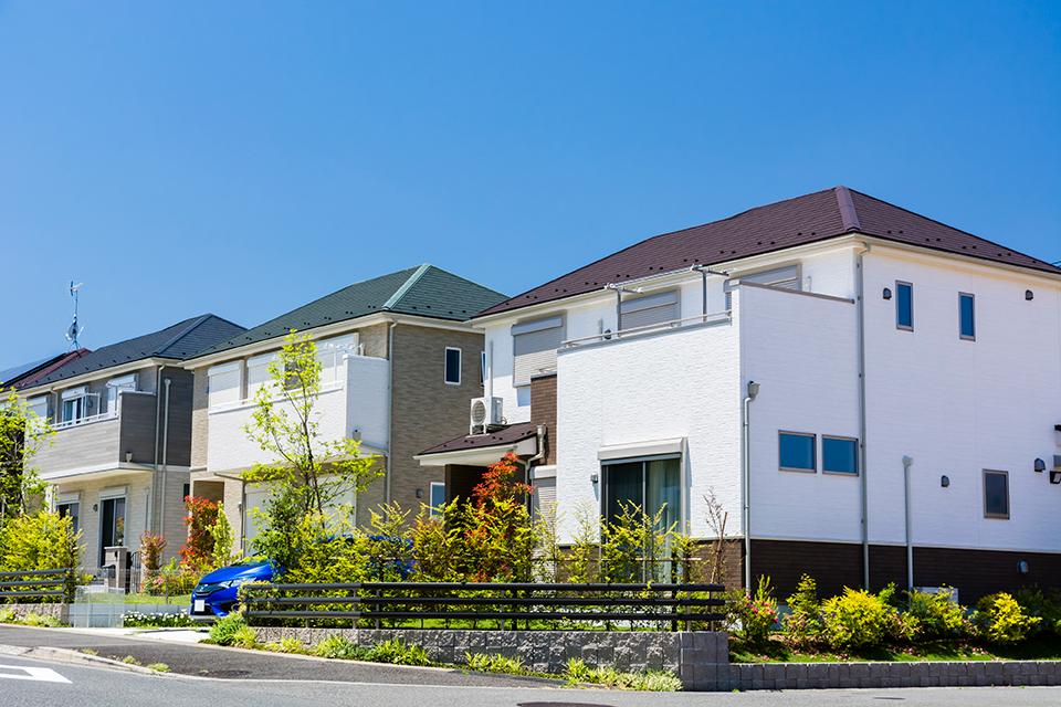 任意売却とは、住宅ローンの返済ができなくなり、返済ローンが残った不動産物件を、金融機関など債権者の合意のもとに、債務者の意思で売却することをいいます。